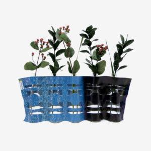 vase noir et bleu en bâche publicitaire recyclée
