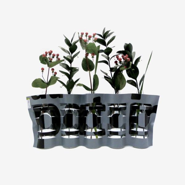 vase noir et gris en bâche publicitaire recyclée