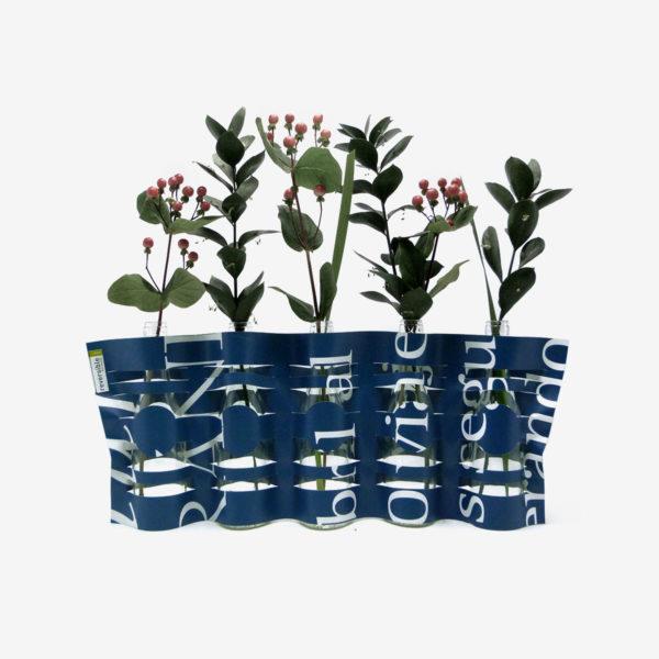 vase bleu sombre typo blanche en bâche publicitaire recyclée