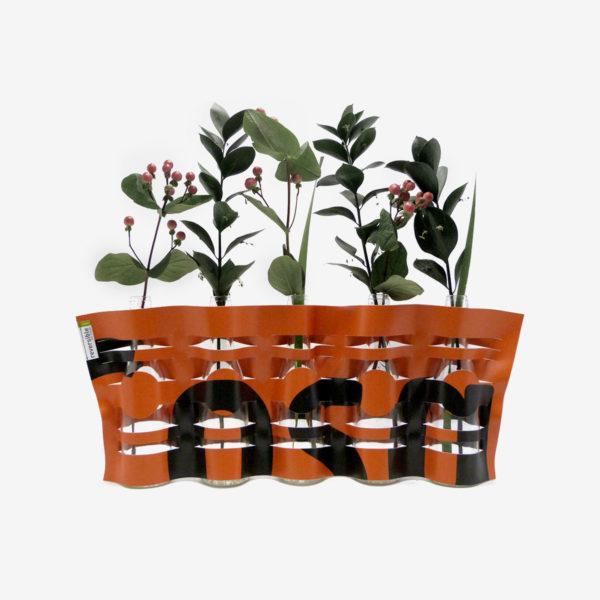 vase orange et noir en bâche publicitaire recyclée