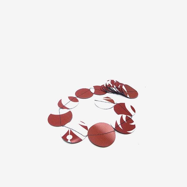 Guirlande ronds rouges en bâche publicitaire recyclée.