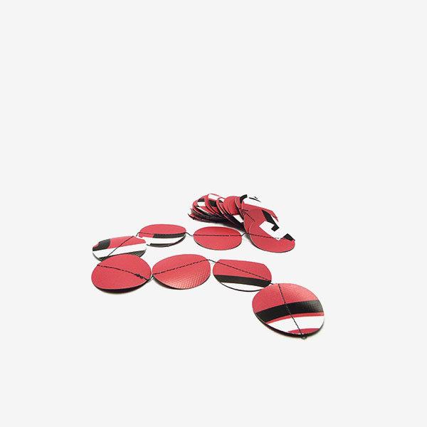Guirlande de pastilles roses en bâche publicitaire.