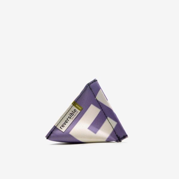 Porte-monnaie violet et lettre blanche en bâche publicitaire recyclée.