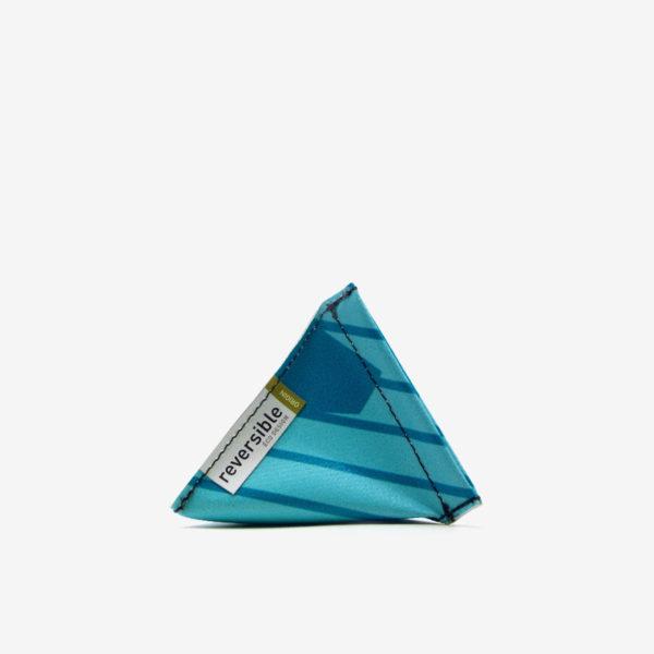 Porte-monnaie bleu azur en bâche publicitaire recyclée.
