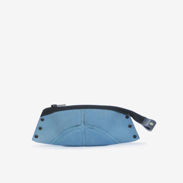 Trousse cuir bleu en ballon de basket recyclé.