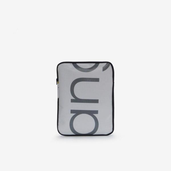 Housse ipad en bâche publicitaire recyclée blanche lettre grise