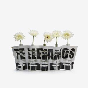 vase blanc lettres noires en bâche publicitaire recyclée