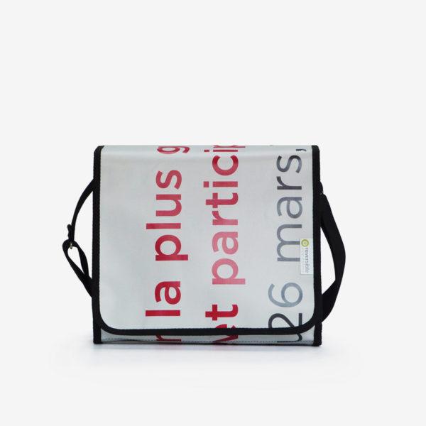 ac besace blanc avec des lettres rose en bâche publicitaire