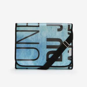 sacoche bleue avec typo noir en bâche publicitaire.