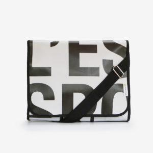 sacoche en bâche publicitaire recyclée noire et blanche