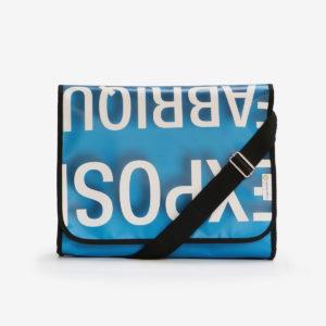 sacoche lettres blanches sur fond bleu en bâche publicitaire
