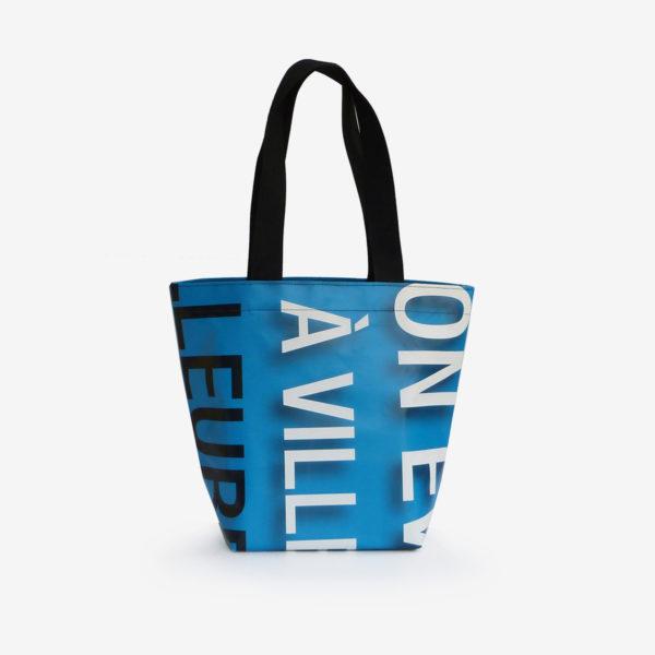 sac cabas bleu et graphique en bâche publicitaire
