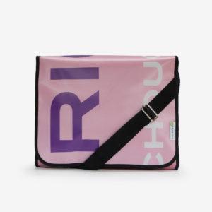 sacoche rose avec lettres colorées en bâche publicitaire