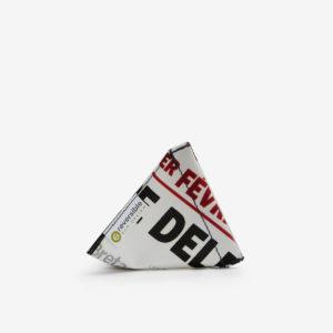 Porte-monnaie blanc et lettre noire en bâche publicitaire recyclée.