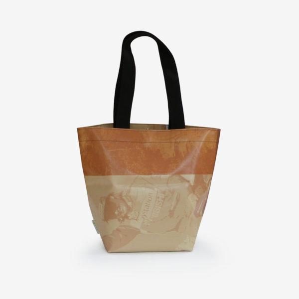 Dos sac cabas en bâche publicitaire beige.