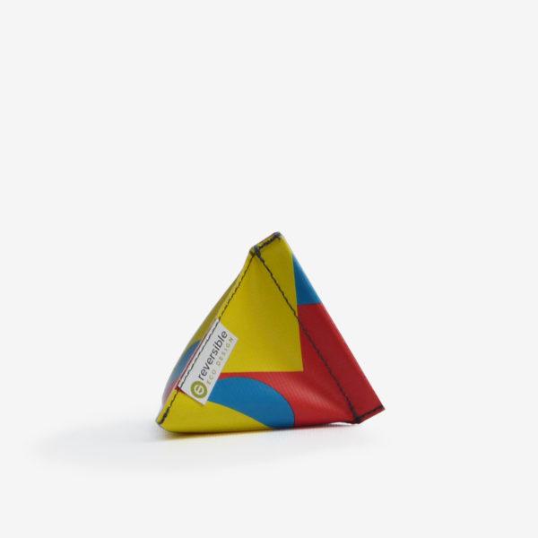 Porte monnaie en bâche publicitaire recyclée multicolore.