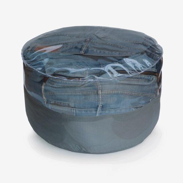 pouf rond transparent et toile parapente grise rempli de jeans.