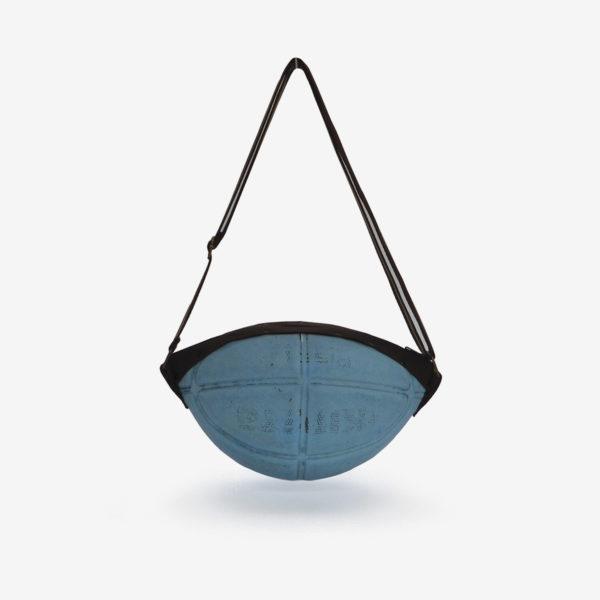 sac en ballon de basket bleu en cuir.