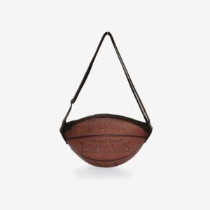 Sac en ballon de basket Spalding marron en cuir.
