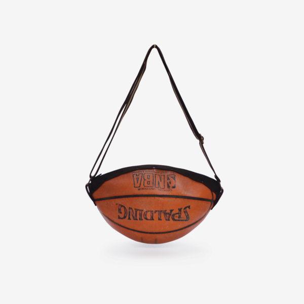 Dos sac en ballon de basket Spalding orange en cuir.