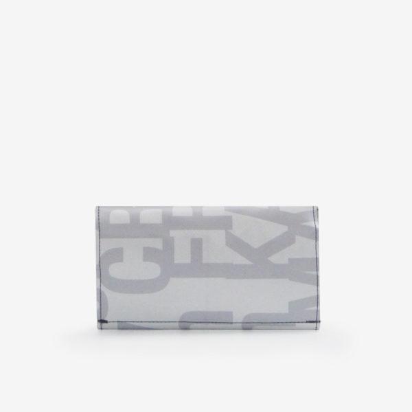 Dos de portefeuille en bâche publicitaire blanche avec lettres grises.