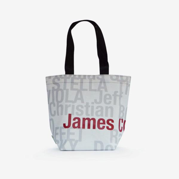 sac de fille en bâche publicitaire blanche avec lettres grises.