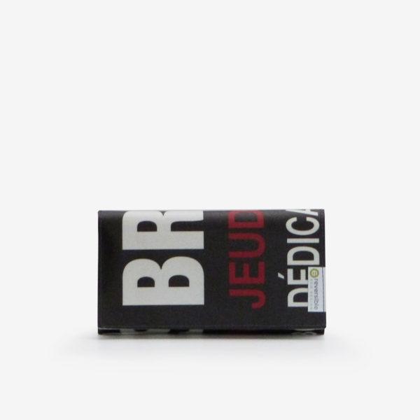 portefeuille en bâche publicitaire noire avec lettres rouges et blanches.