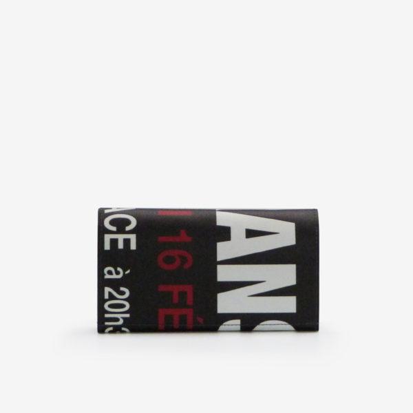 Dos de portefeuille en bâche publicitaire noire avec lettres rouges et blanches.