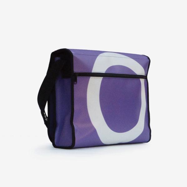 Dos sacoche violette en bâche publicitaire .