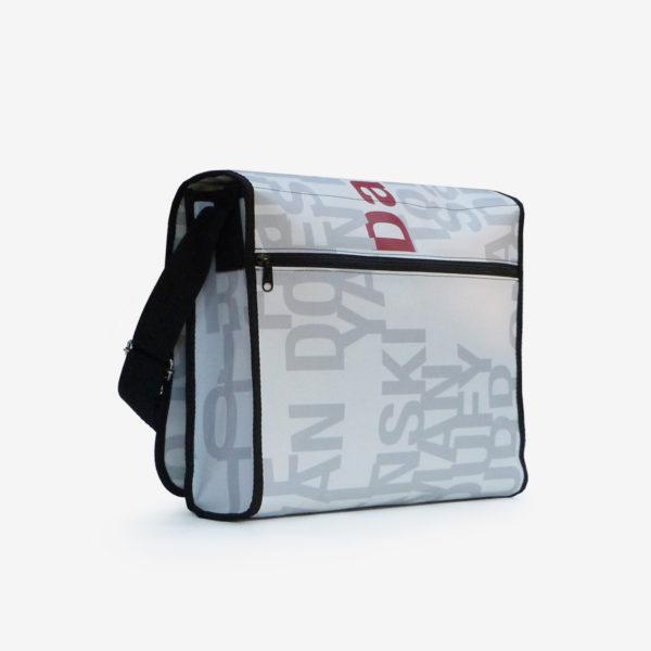 Dos sacoche blanche et lettres grises en bâche publicitaire