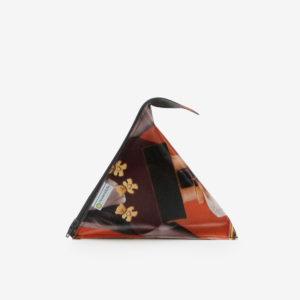 Trousse berlingot orange et graphique en bâche publicitaire recyclée.