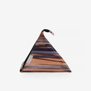 Trousse berlingot colorée en bâche publicitaire recyclée.