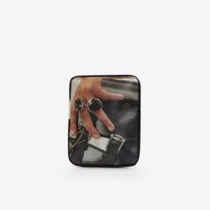 Housse ipad en bâche publicitaire recyclée photo main