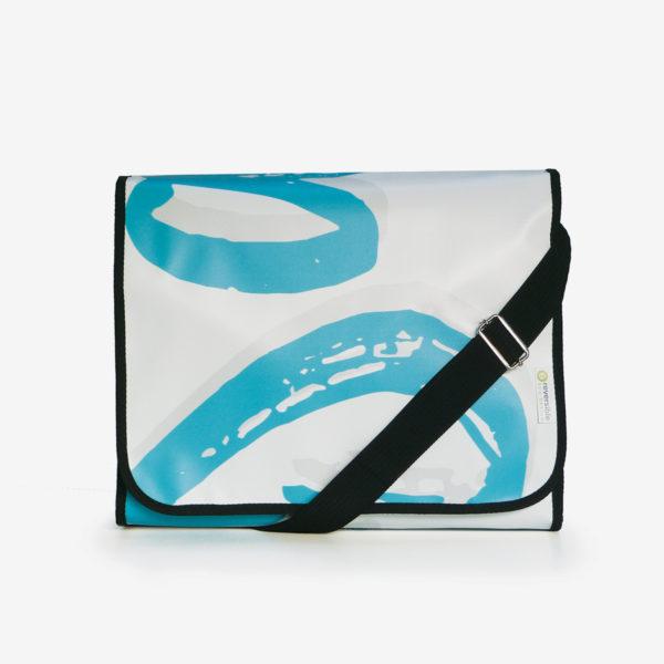 sacoche blanche et bleue en bâche publicitaire recyclée.