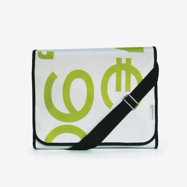 sacoche verte et blanche en bâche publicitaire recyclée.