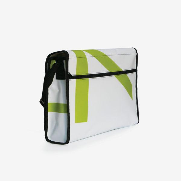 Dos de sacoche verte et blanche en bâche publicitaire recyclée.