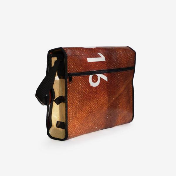 Dos de sacoche en bâche publicitaire recyclée marron et orange.
