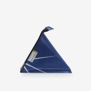 Trousse berlingot bleue en bâche publicitaire recyclée.