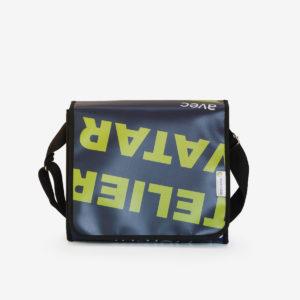 Sac besace en bâche publicitaire bleu sombre et textes verts.