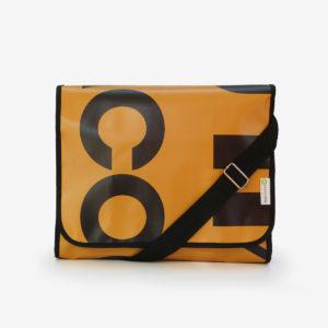 sacoche en bâche publicitaire orange typo noire.