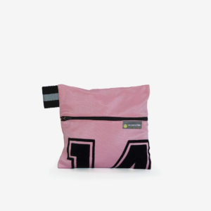 16 trousse rose en maillot de basket