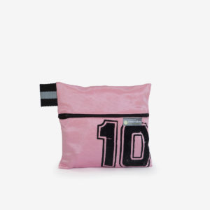17 trousse rose en maillot de basket