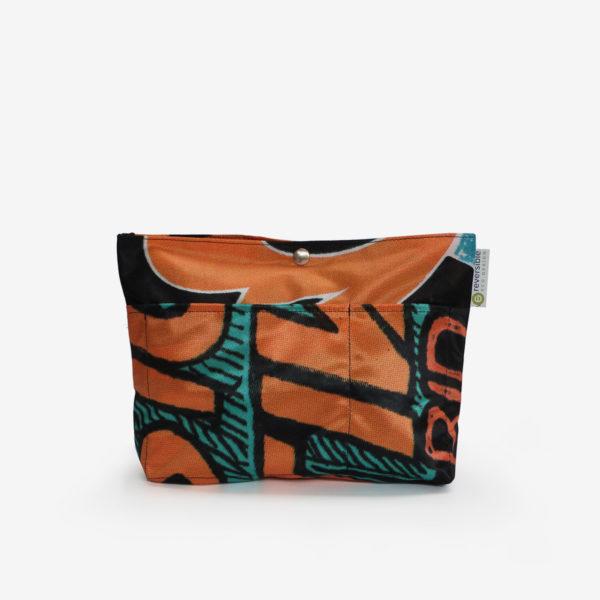 Sac à sac multipoches en toile publicitaire aux tons orange et noir.