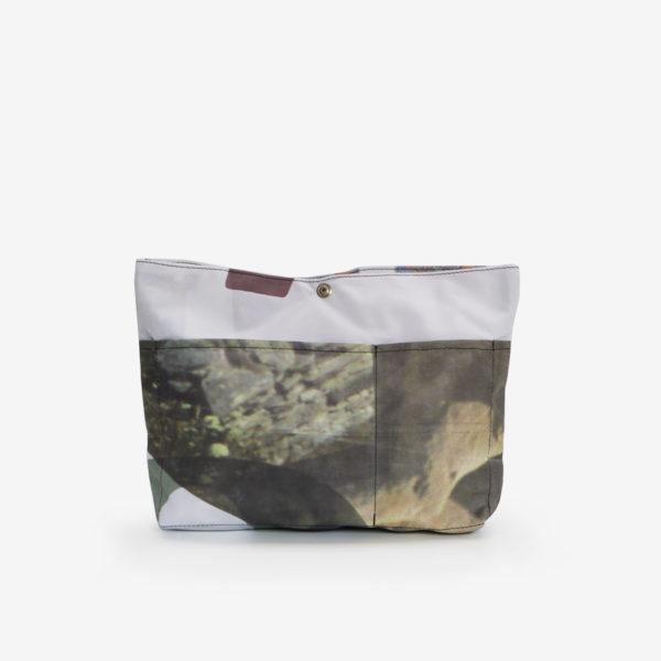 Dos de Sac à sac multipoches en toile publicitaire aux tons naturels.
