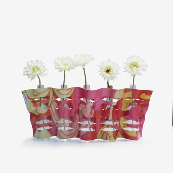 Vase modulable fleuri en bâche publicitaire recyclée.
