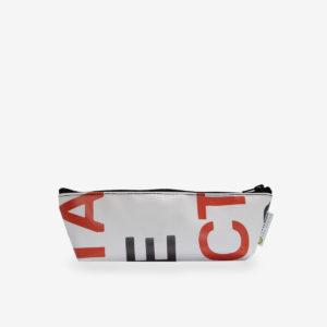 Trousse en bâche recyclée blanche et lettres orange.