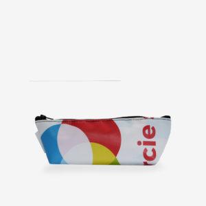 Trousse en bâche publicitaire recyclée multicolore.