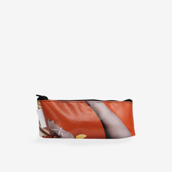 Dos de trousse en bâche publicitaire recyclée orange.