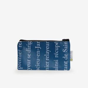 Trousse plate en bâche publicitaire recyclée bleu et textes blancs.