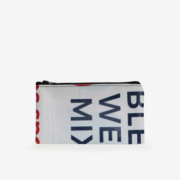 Dos de trousse plate en bâche publicitaire recyclée graphique et colorée.